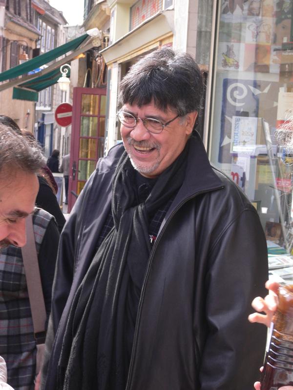 Luis Sepúlveda est un écrivain chilien né le 4 octobre 1949 à Ovalle. Son premier roman, Le Vieux qui lisait des romans d'amour, traduit en trente-cinq langues et adapté au grand écran en 2001, lui a apporté une renommée internationale. Son œuvre, fortement marquée par l'engagement politique et écologique ainsi que par la répression des dictatures des années 70, mêle le goût du voyage et son intérêt pour les peuples premiers.
