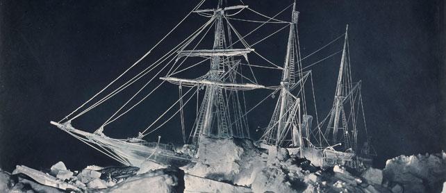 À l'occasion du Mois de la Photo, l'Atelier d'Artistes présente pour la première fois en France un rare ensemble d'épreuves originales réalisées notamment par Herbert George Ponting et Frank Hurley, les deux premiers photographes de métier a avoir voyagé en Antarctique, avec les expéditions de Robert Falcon Scott et Ernest Henry Shackleton.