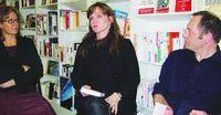 Audur Ava Olafsdottir entre Laure Leroy et Manuel Hirbec, libraires à Yvetot, image paris-normandie.fr