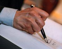 main de l'écrivain du temps qu'il écrivait... (c) site alainzannini.com