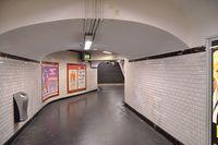 800px-Metro_de_Paris_-_Ligne_4_-_Couloir_à_Montparnasse