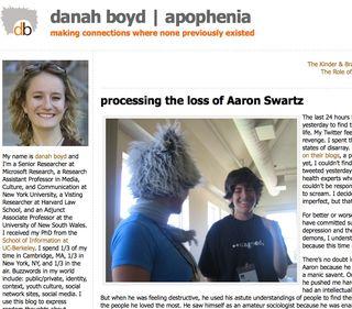 sur le blog zephoria de danah boyd, article du 13 janvier — danah de dos sur la photo avec un chapeau rigolo, en discussion avec Aaron