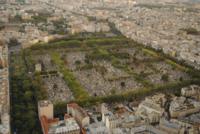 wikipedia : Le cimetière du Montparnasse est délimité par la rue Froidevaux au Sud, la rue Victor-Schœlcher à l'Est, le boulevard Edgar-Quinet au Nord (bord gauche sur la photo), le boulevard Raspail au Nord-Est, et la rue de la Gaîté à l'Ouest. Le cimetière est en outre traversé du Nord au Sud, dans la partie Est, par la rue Émile-Richard.