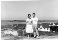 vacances en Bretagne, fin des années 50, mes parents ont autour de 35 ans (l'âge de mes enfants aujourd'hui) — Suzel (3 octobre 1921 - 11 mai 2007), Charles (24 août 1920 - 5 février 2019)