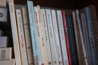 mon étagère Calet (il m'en manque !) — de gauche à droite : Peau d'ours, Rêver à la Suisse, Monsieur Paul, Le Bouquet, Le Tout sur le ToutDe ma lucarne, Contre l'oubli, Poussières de la route, La belle lurette, Les grandes largeurs, Huit quartiers de roture